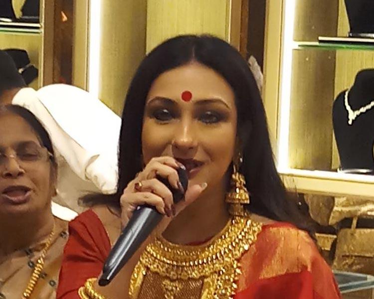 Rituparna sengupta inaugurating the new store of Shyam Sundar co Jewelers