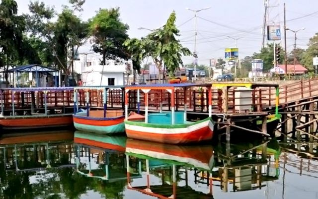 West bengal s gets its first floating market in kolkata for Salon decor international kolkata west bengal